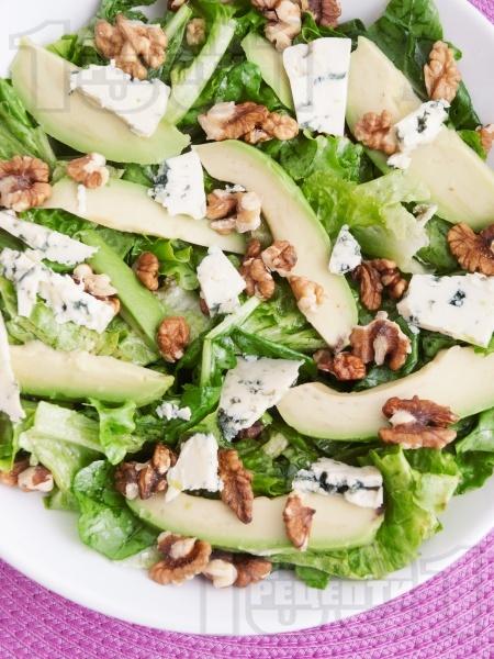 Зелена салата с орехи, авокадо и синьо сирене - снимка на рецептата